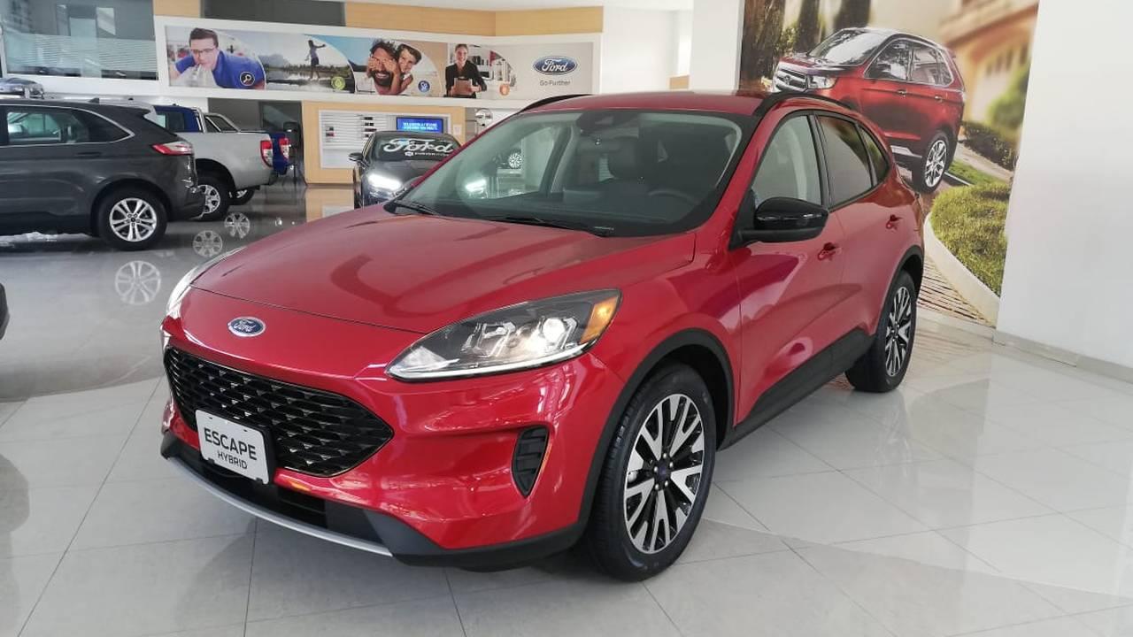 Ford-Escape-Titanium-Hybrid-03081875-1