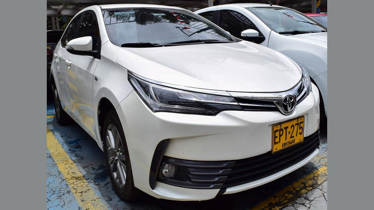 Toyota-Corolla-Xe-Blanco-07354463-1